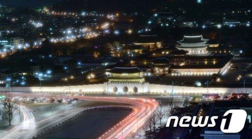 [사진]봄저녁 불 밝힌 경복궁