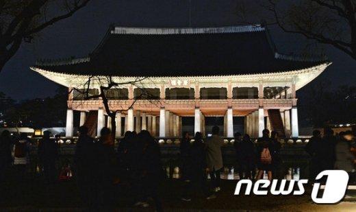[사진]불 밝힌 경복궁 경회루 앞에서 추억 남기는 시민들
