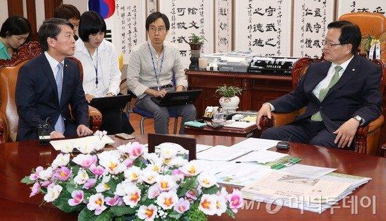 정의화 국회의장이 지난해 8월 28일 서울 여의도 국회의장실에서 오픈프라이머리와 중선거구제도 도입 등 선거제도 개혁과 관련한 입장을 전달하기 위해 방문한 당시 새정치민주연합 안철수 의원과 대화를 나누고 있다. / 사진=뉴스1