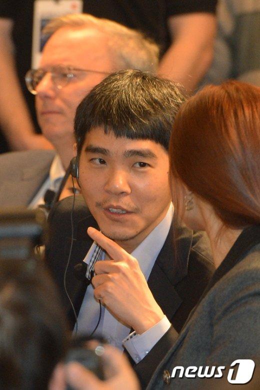 [사진]아내와 대화하는 이세돌9단