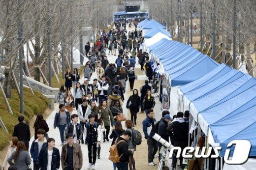 [사진]'새학기 맞이' 북적이는 연세대 교정