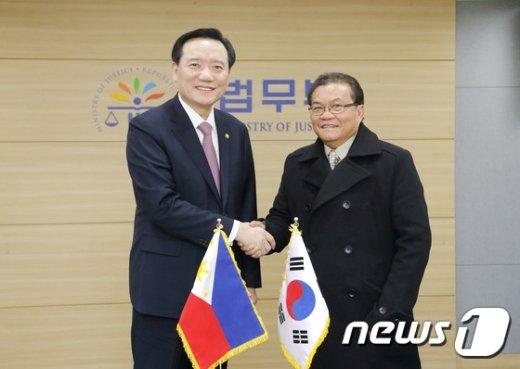 [사진]악수하는 김현웅 장관과 비르힐리오 멘데스 국가수사국 국장