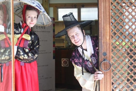 우리나라를 찾은 외국인 관광객들이 한복 체험 활동을 하고 있다. /사진제공=한국관광공사