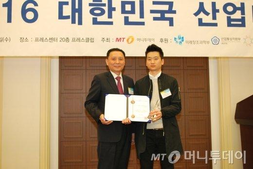 강호경 애플파이스튜디오 대표(오른쪽)가 서비스혁신대상을 수상하고 윤병훈 머니투데이 상무와 기념 촬영을 하고 있다/사진=중기협력팀(오지훈)