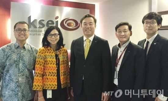 마가렛 탕 인도네시아 증권예탁기관(KSEI) 대표(왼쪽 두번째)와 유재훈 한국예탁결제원 사장(가운데)<br /> /사진제공=한국예탁결제원