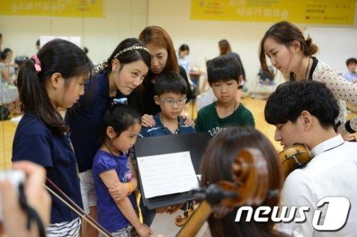 초등학생들이 음악 수업을 하고 있는 모습/뉴스1 DB ⓒNews1