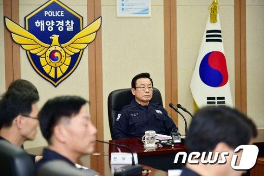[사진]해상안전관리 보고 받는 박인용 장관