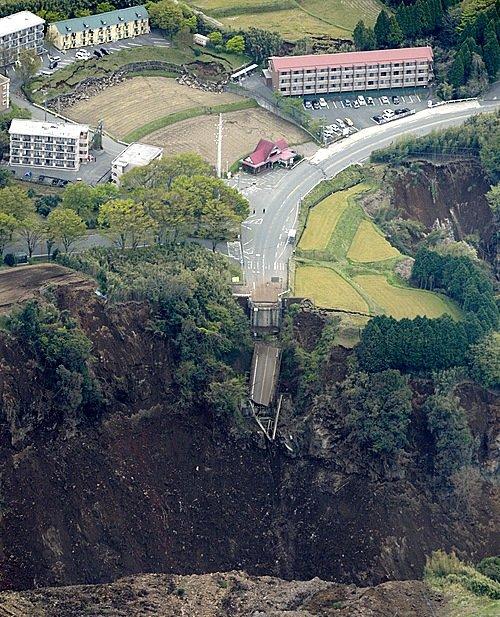 지난 16일 일본 규슈 구마모토현을 강타한 규모 7.3의 강진으로 미나미아소 지역의 산이 무너지면서 이 지역의 다리가 붕괴됐다. /사진제공=뉴시스
