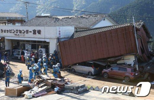 지난 16일 일본 구마모토현을 강타한 2번째 강진으로 인해 무너진 건물. © AFP=뉴스1
