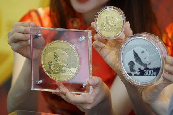 NH농협은행은 '팬더 기념주화'를 국내은행 중 단독으로 에약 판매한다. 1㎏짜리 팬더 1만위안 금화는 총 500개가 발행되는데 이중 국내에서는 단 3개만 판매된다. /사진제공=NH농협은행