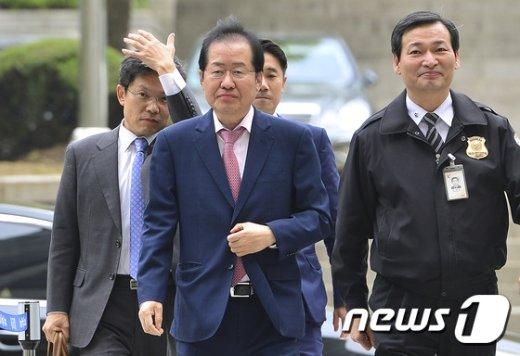 [사진]법원 출석하는 홍준표 경남도지사