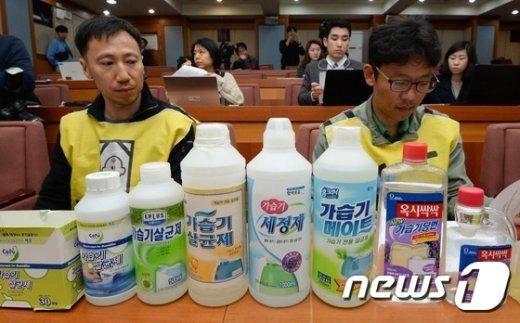 [사진]'급성 폐질환 유발 가습기 살균제를 앞에 두고'