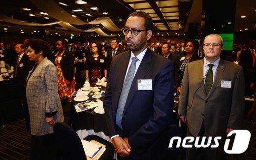 [사진]묵념하는 각국 대사들