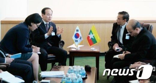 [사진]윤성규 장관, 미얀마 자연자원.환경보전부 장관 양자회담