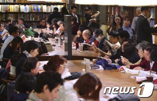[사진]내일은 책의 날 '책을 읽읍시다'