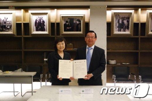 심화진성신여대 총장(왼쪽)과 천쩐꾸이 대만 실천대 총장이 MOU를 체결한 뒤 포즈를 취하고  있다.(성신여대 제공)© News1
