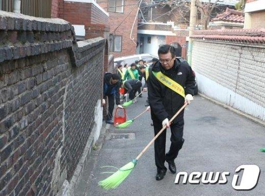 용산 클린데이 행사에 참가중인 성장현 용산구청장(용산구 제공)© News1