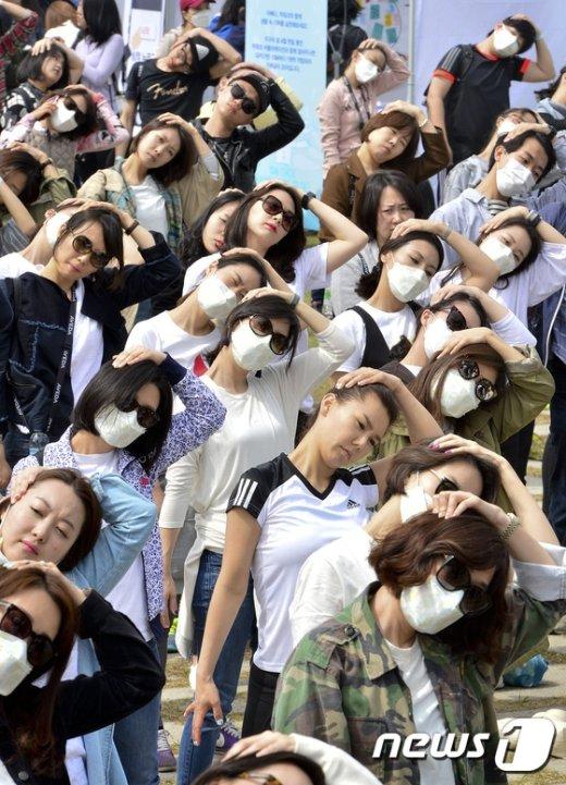 [사진]'황사 마스크 쓰고 준비운동'