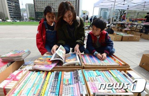 [사진]'우리 아이 볼책 골라볼까'