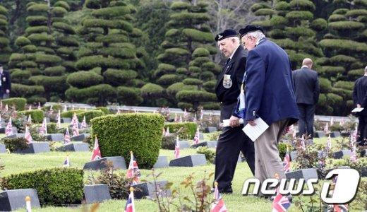[사진]전우 묘역 찾는 영연방참전용사