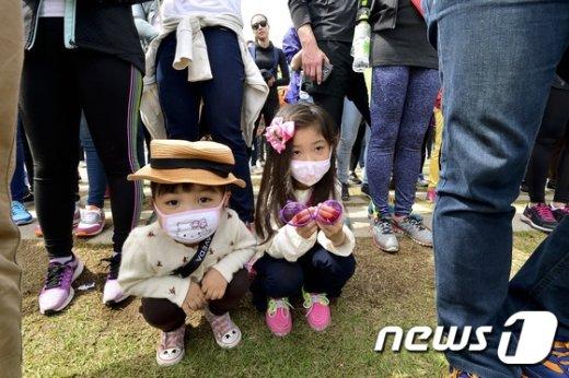 전국이 황사 영향권에 들어간 23일 오전 서울 남산 백범광장에서 열린 아베다의 물을 위한 걷기대회에서 마스크를 쓴 어린이들이 대회 시작을 기다리고 있다. 국립환경과학원은 이날 전국이 황사의 영향으로 미세먼지 평균농도가 황사의 영향으로 '매우 나쁨'으로 예상되고 주말동안 지속될 것이라고 예보했다. 2016.4.23/뉴스1 © News1 신웅수 기자