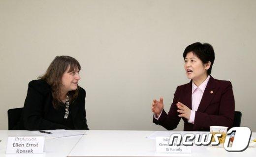 [사진]강은희 장관, 엘렌 어니스트 코섹 교수와 대담