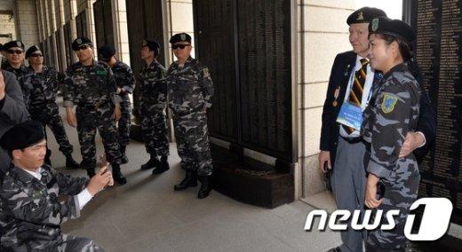 [사진]한국전쟁 참전용사와 북한인민해방전선 군인과의 만남