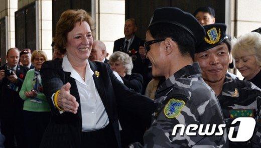[사진]탈북 군인과 반갑게 인사하는 수잔 숄티