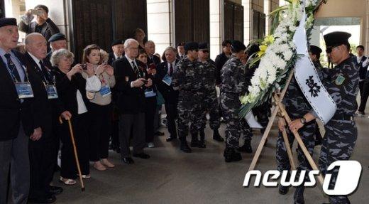 [사진]함께 추모하는 참전용사와 탈북 군인들