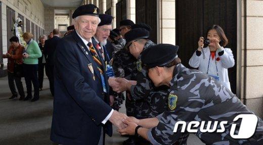 [사진]한국전쟁 참전용사에게 허리굽혀 인사하는 탈북 군인단체