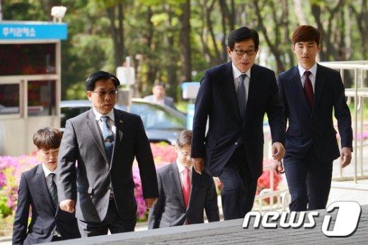 [사진]'국정원 대선개입 의혹' 법원 출석하는 원세훈
