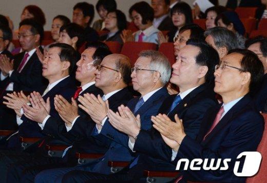 [사진]법의날 기념식 '박수'