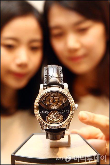 [사진]현대百, 6.7캐럿 다이아몬드 세팅 된 6억원 대 시계 공개