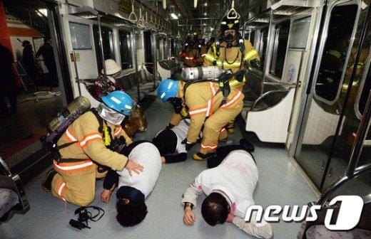 지하철 대형사고 대응 훈련 중인 소방관들. (뉴스1 DB) /뉴스1 © News1 김명섭 기자