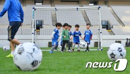 [사진]'월드컵경기장 잔디밭에서'