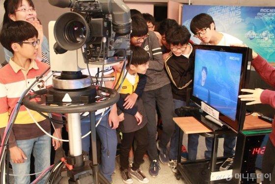 지난해 삼척교육문화관에서 참가 학생들이 방송 현장을 경험하고 있다.