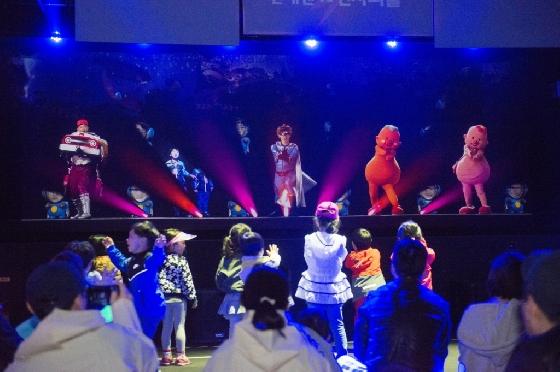 에버랜드는 어린이날 연휴를 맞아 번개맨, 방귀대장 뿡뿡이 등 캐릭터를 홀로그램으로 체험할 수 있는 공연을 '라이브 홀로그램 씨어터'에서 진행한다. /사진제공=에버랜드