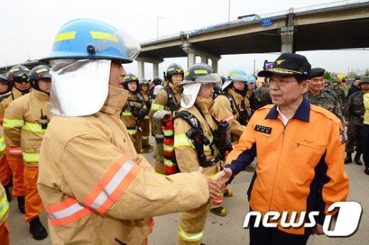 [사진]소방대원 격려하는 박원순