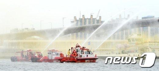 [사진]'유람선의 화재를 진압하라'
