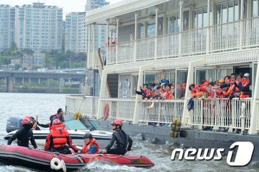 [사진]'승객들을 구조하라'