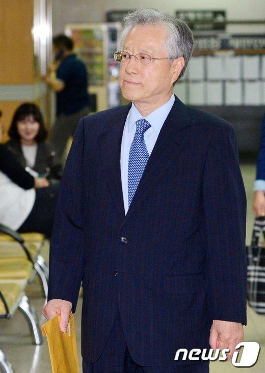 [사진]항소심 공판 출석하는 이석채 전 회장