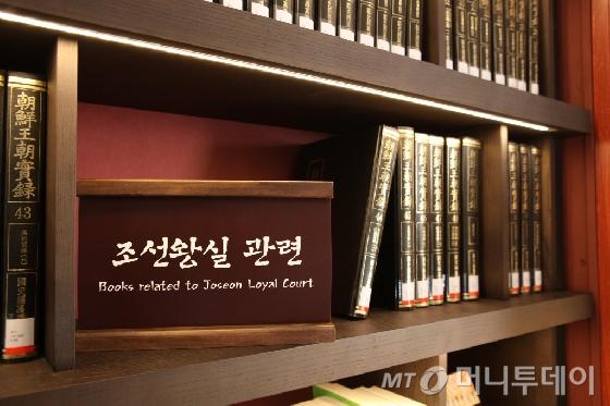 작은 도서관으로 변신한 고종황제의 서재, 경복궁 집옥재(集玉齋) 서가에 책이 꽃혀있다. /사진제공=문화재청