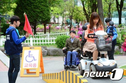 [사진]휠체어 체험 나서는 시민들