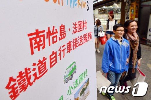 [사진]중국 노동절 3일 전 '명동, 유커를 잡아라'