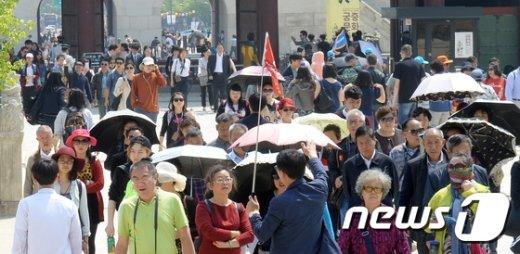 [사진]중국 노동절 맞아 경복궁 찾은 유커들