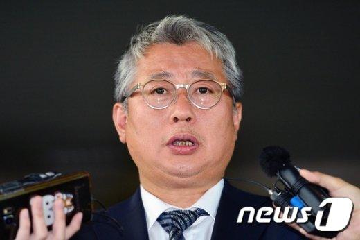 [사진]취재진 앞에 선 조응천 비서관 '무죄'