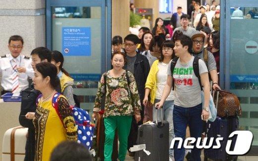 [사진]인천공항으로 입국하는 외국인 관광객들