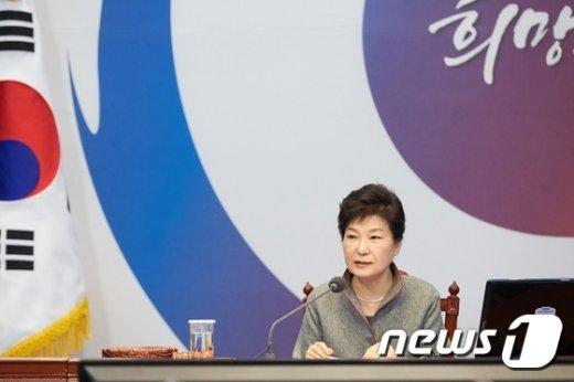 박근혜 대통령이 지난 28일 청와대에서 열린 국무회의에서 가습기살균제 사건의 철저한 수사와 피해자 구제를 지시하고 있다.
