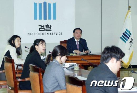 [사진]아동학대 근절 논의하는 김현웅 법무부 장관