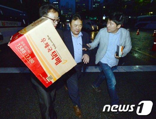 [사진]압수수색물품 들고 황급히 떠나는 검찰관계자